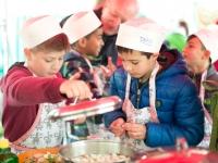 Kinder Kochen, Eat and Meet, Schranne, Stand der landwirtschaftskammer mit verein Spektrum, regionale Produkte, Schüler, Volksschüler, Salzburg, 20160407, (c)wildbild